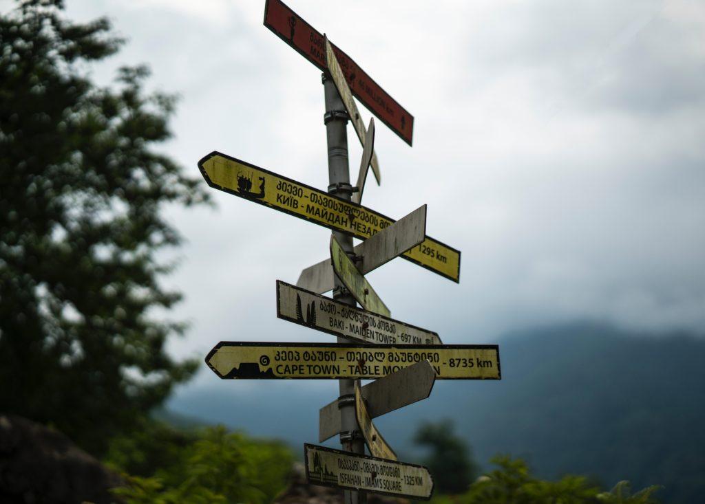 たくさんの方向を示す案内標識