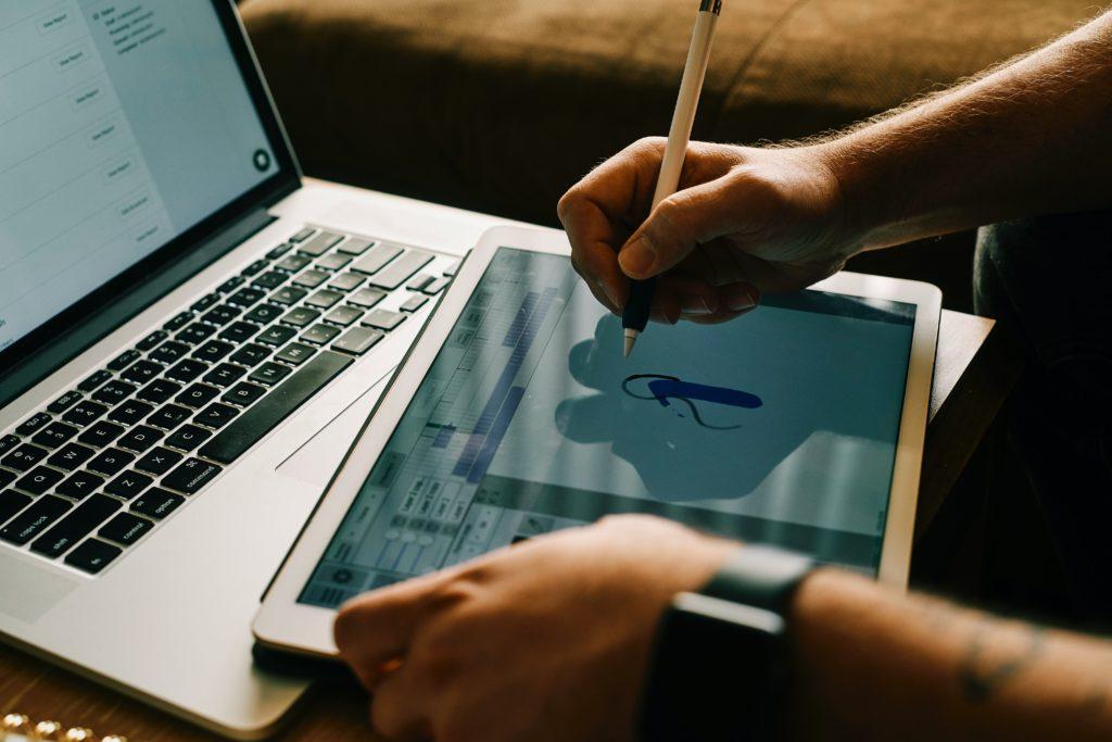 クリエイターが使用するパソコンとタブレット