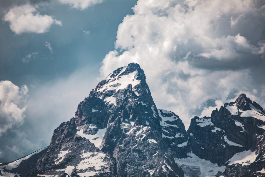 雪のかかった山の風景