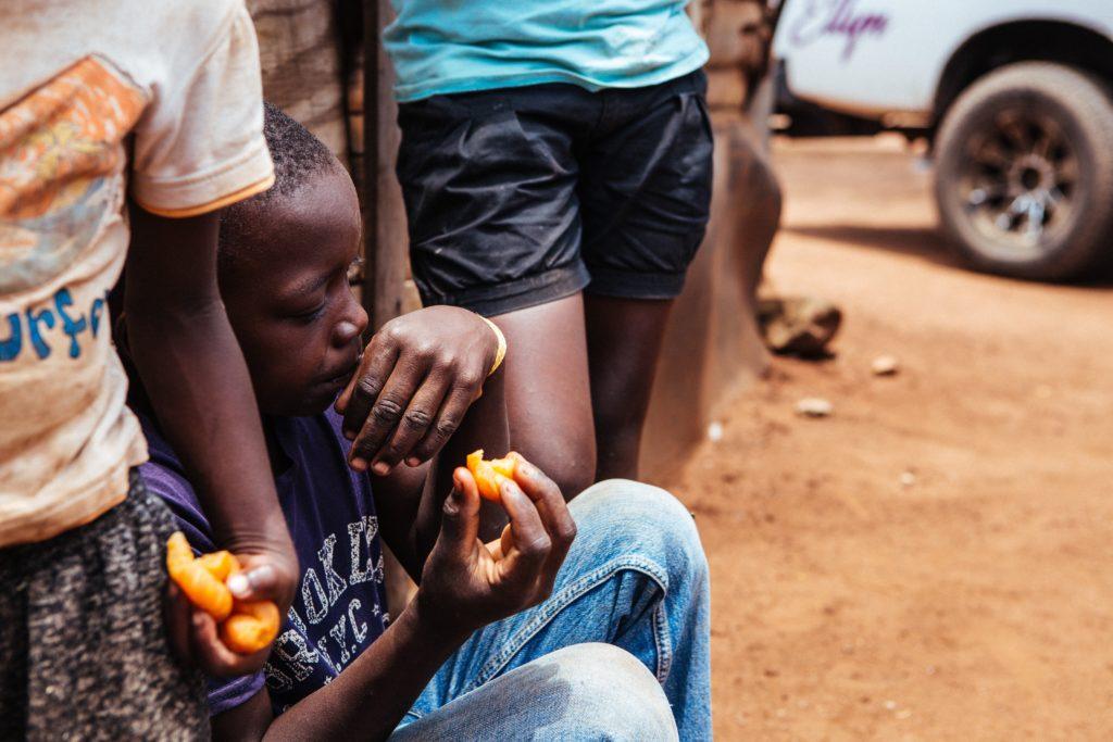 貧困に苦しむ男の子