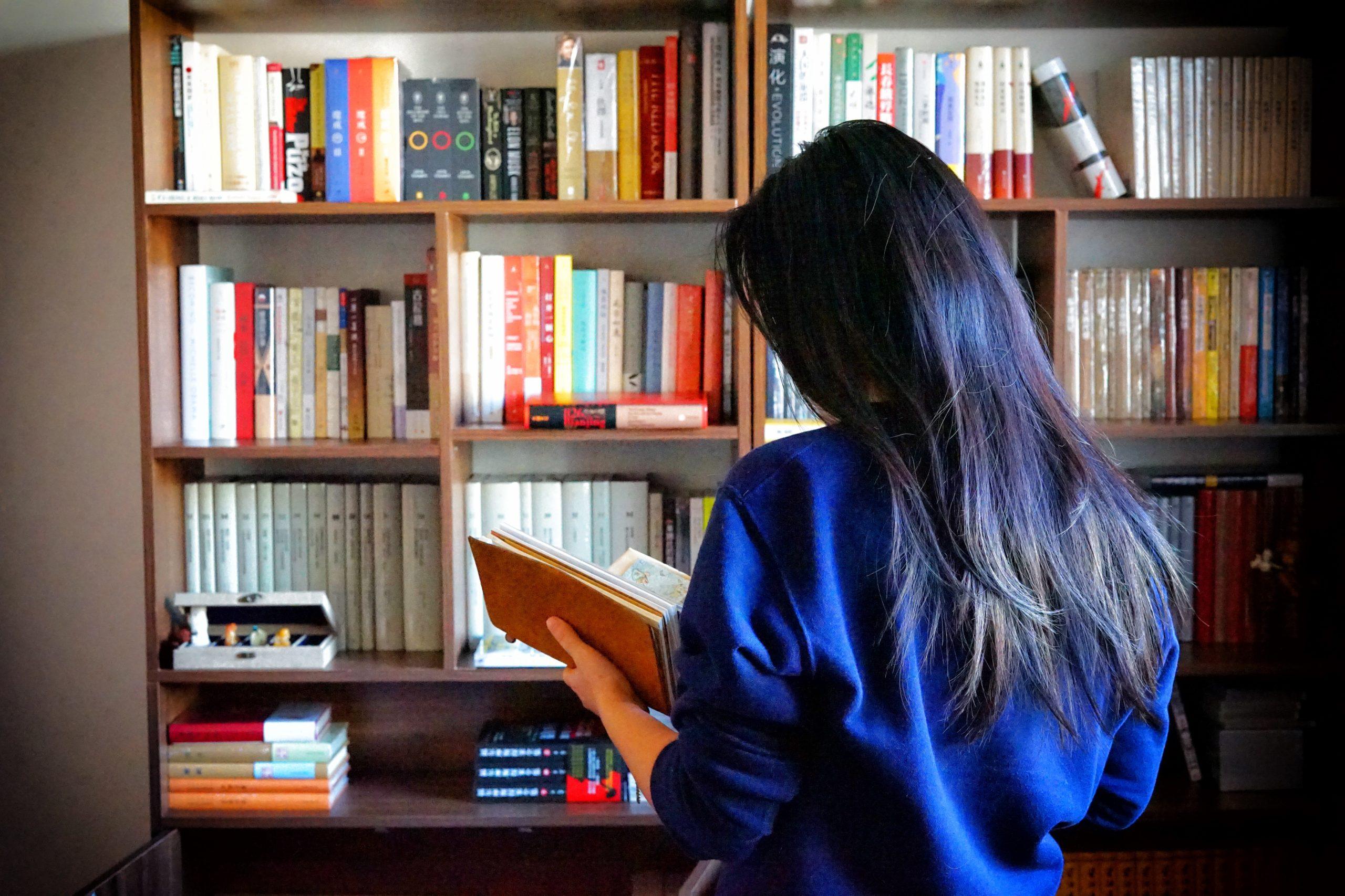 本を読む女性の後ろ姿